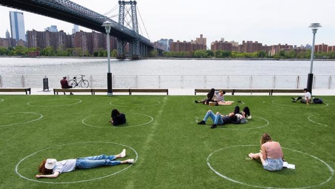Círculos pintados en el césped para respetar la distancia social por la pandemia del coronavirus, en un parque de Brooklyn, Nueva York (EE UU).
