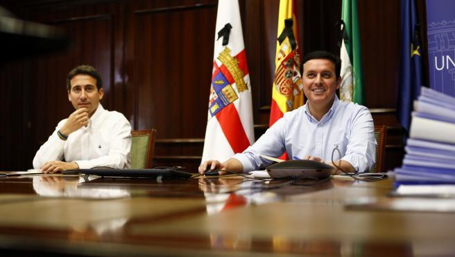 El diputado provincial Óscar Liria junto al presidente de la Diputación, Javier Aureliano García