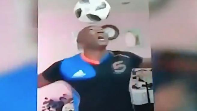 Hernández supera en su casa el récord de toques con la cabeza en posición de pie.