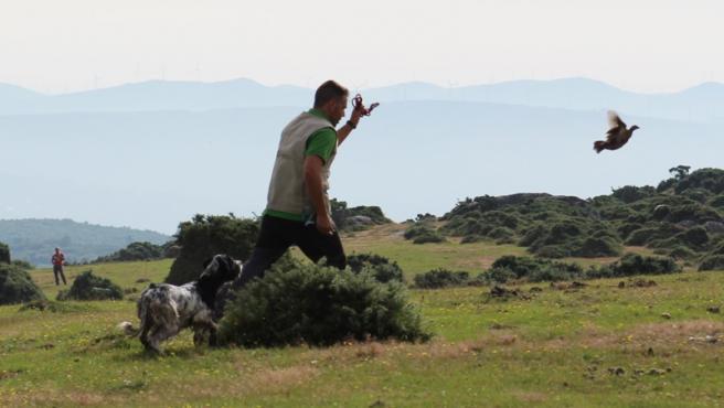 Imagen de un hombre practicando la caza