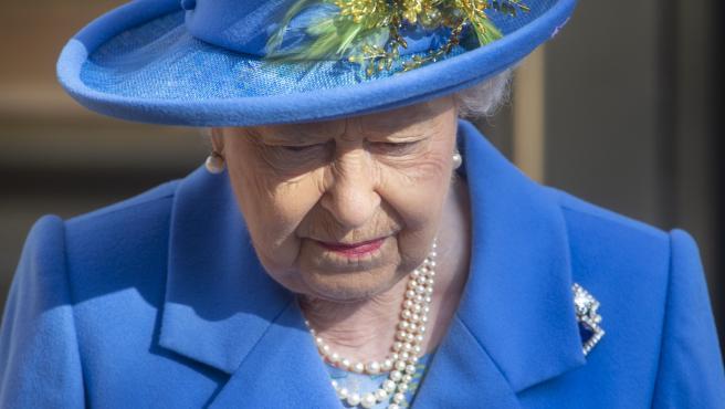 La reina Isabel II de Inglaterra durante una visita oficial al Watergate House, el edificio central de la Inteligencia británica, en Londres (Reino Unido).