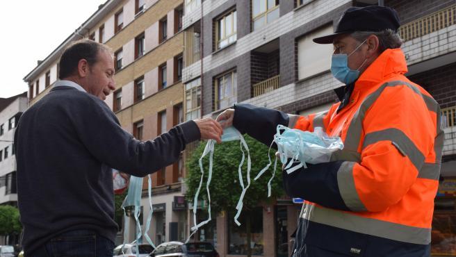 Reparto de mascarillas que se está llevando a cabo en la jornada de hoy en los núcleos de Pola de Siero, El Berrón y Lugones.