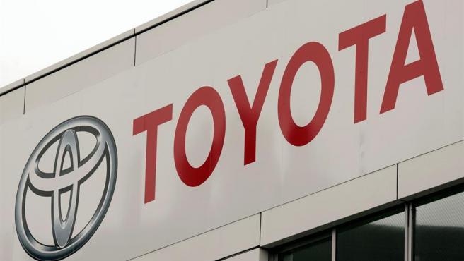 El logo de Toyota, en un concesionario en Tokio, Japón.