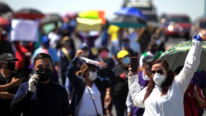 Trabajadores de empresas maquiladoras protestan en Ciudad Juárez (México) por la apertura de las plantas durante la pandemia del coronavirus.