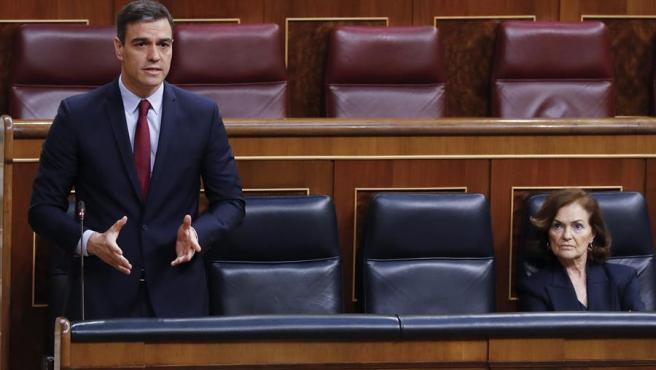 El presidente del Gobierno, Pedro Sánchez junto a la vicepresidenta, Carmen Calvo.
