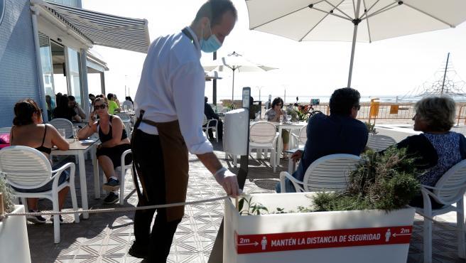 Aspecto de una terraza en la playa de la Malvarrosa este lunes.