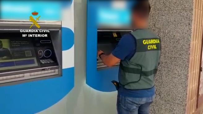 Un guardia civil ante un cajero.