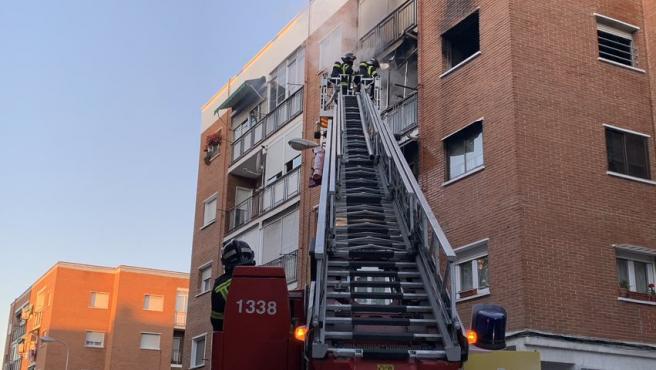 Bomberos actuando en un incendio en Villaverde.