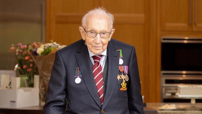 Capitán Moore, el héroe de guerra británico que ha recaudado millones de libras para la lucha contra el coronavirus.