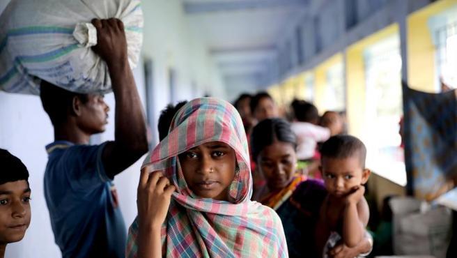 Varios niños en un refugio ante la llegada del ciclón Amphan en Balikhali, la India.