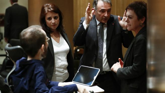 La portavoz socialista, Adriana Lastra, conversa con el portavoz de Unidas Podemos, Pablo Echenique, el diputado de Unidas Podemos Enrique Santiago y la diputada de Bildu Mertxe Aizpurua.