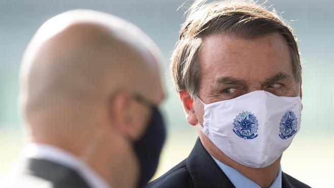 El presidente de Brasil, Jair Bolsonaro, con mascarilla por la pandemia del coronavirus, en el Palacio do Alvorada, en Brasilia.