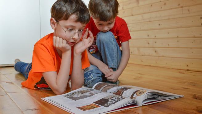Es importante iniciar a los niños en el hábito de la lectura desde muy pequeños.