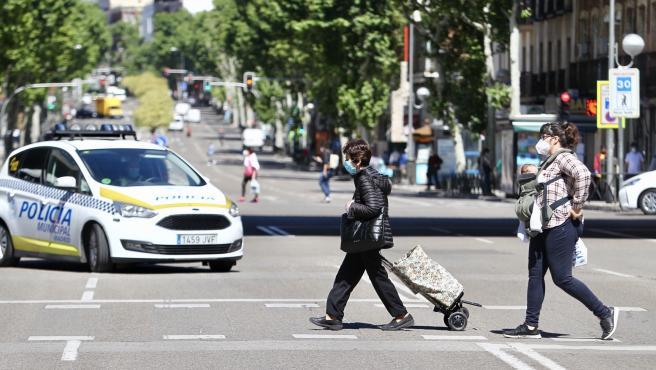 Imagen de dos mujeres cruzando una calle en Madrid durante la fase 0 de la desescalada.