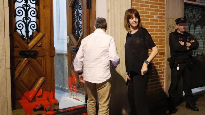 La secretaria general y candidata a lehendakari de los socialistas vascos, Idoia Mendia, junto a su marido, Alfonso Gil, observan los daños provocados por radicales que arrojaron en su vivienda pintura roja y octavillas en favor del preso etarra en huelga de hambre Patxi Ruiz.