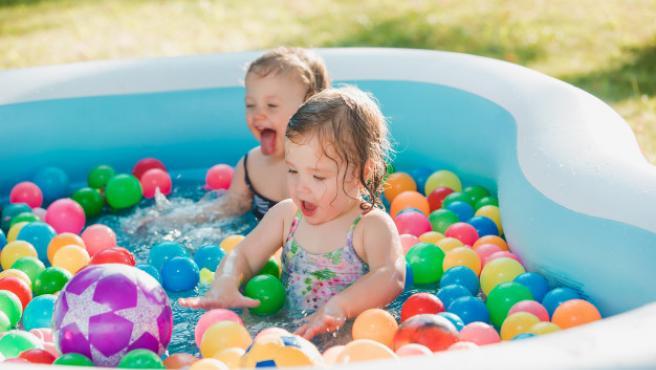 Los más pequeños de la casa disfrutan de las piscinas durante el verano.