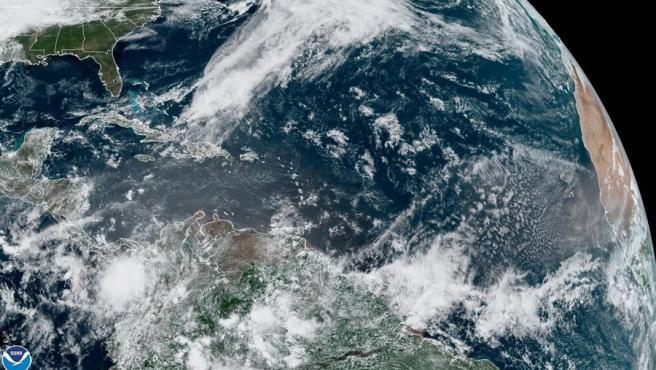Fotografía cedida por la Administración Nacional Oceánica y Atmosférica (NOAA) del estado del clima en el Atlántico de este martes.