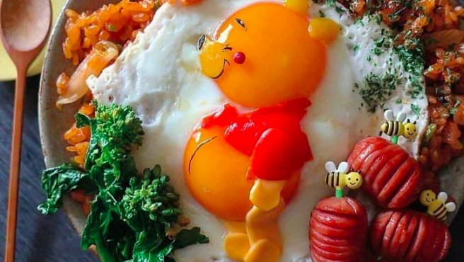 Un creativo plato de arroz con huevo en forma de Winnie the Pooh.