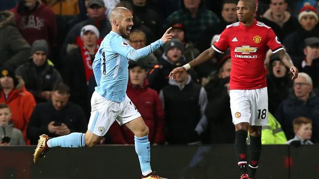 David Silva celebra un gol en un Manchester City - United.