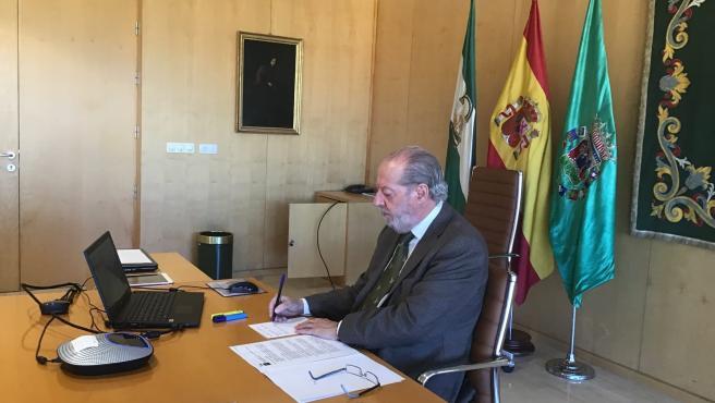 Fernando Rodríguez Villalobos, presidente de la Diputación de Sevilla, participa en sesiones telemáticas.