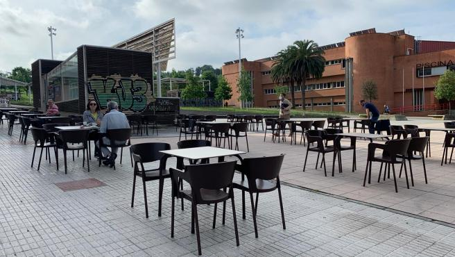 Gente en una terraza hostelera de Gijón el primer día que abre desde que se decretó el Estado de Alarma