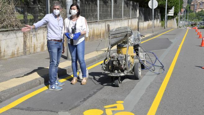 La alcaldesa de Santander, Gema Igual, y el concejal de Movilidad Sostenible, César Díaz, en el nuevo carril bici
