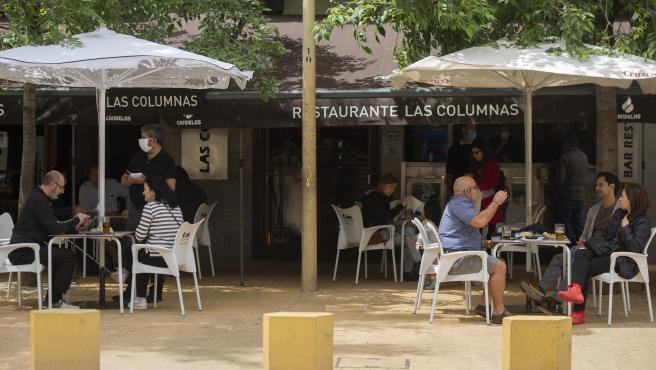 Personas consumiendo en los veladores de un bar abierto durante el segundo día de la fase 1 del plan de desescalada