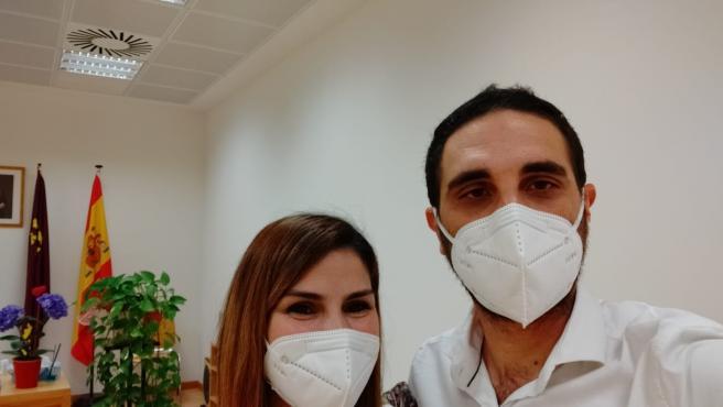 Alejandra López Brocal y Fulgencio Osete Villalba, en el interior del Registro Civil poco después de contraer matrimonio