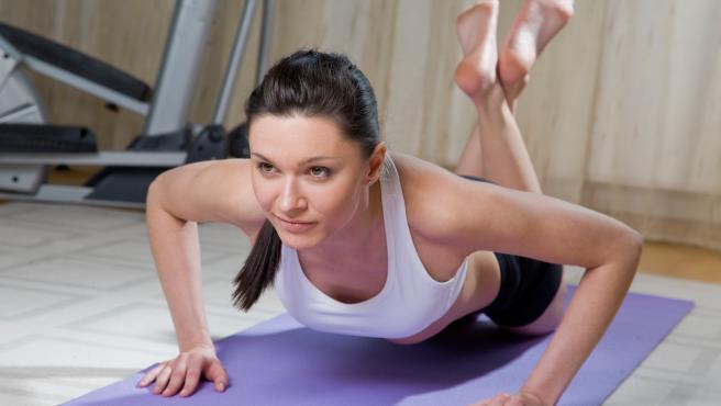 Una mujer haciendo ejercicio, en una imagen de archivo.