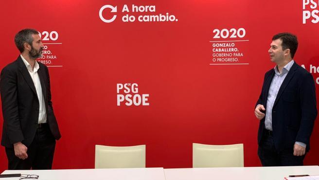 El presidente de la Fegamp, Alberto Varela, a la izquierda, junto al secretario xeral del PSdeG, Gonzalo Caballero, a la derecha, en un encuentro este viernes 22 de mayo, durante la pandemia del coronavirus, guardando distancias de seguridad.