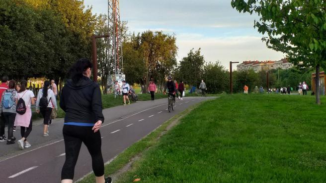 Gente paseando y haciendo deporte por el parque de los Pericones