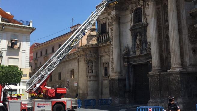 Imagen de las tareas llevadas a cabo por los bomberos en la fachada de la Catedral