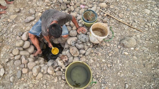 Una persona recoge agua de un pozo en Indonesia en una imagen de archivo.