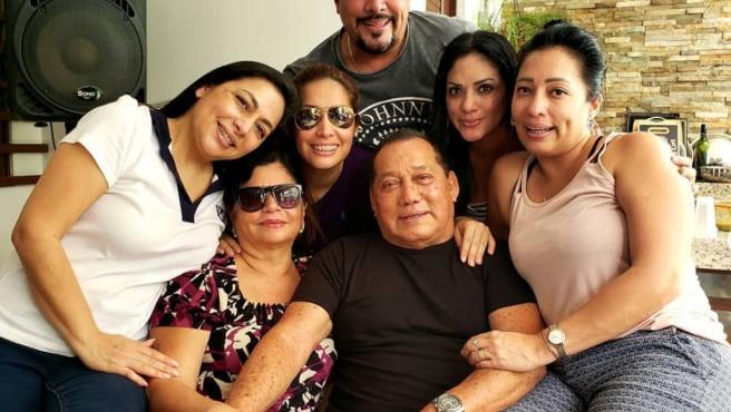 Fotografía cedida de archivo particular que muestra a algunos miembros de la familia Carvajal, en Guayaquil (Ecuador).