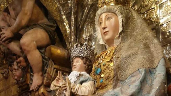 La Virgen de los Reyes, patrona de la Archidiócesis de Sevilla, preside la Capilla Real de la Catedral.