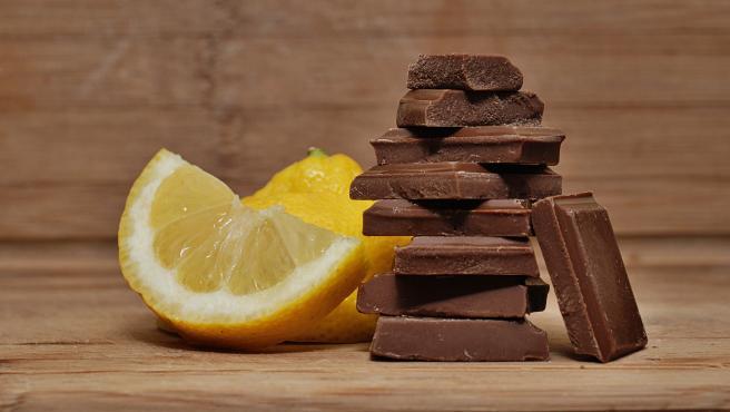 El limón y el chocolate son dos alimentos muy recomendables para hacer bebidas refrescantes o helados.