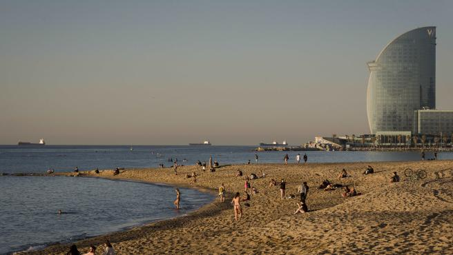 Varias personas en una playa de Barcelona.