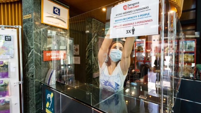Preparativos de una Oficina de Turismo para adaptarla a la pandemia