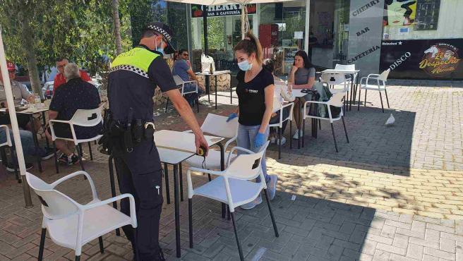 Un agente comprueba una terraza en Alicante.