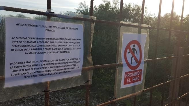 Valla y carteles que impiden y prohiben el paso por la Cañada Real Soriana en una finca de Hornachuelos.