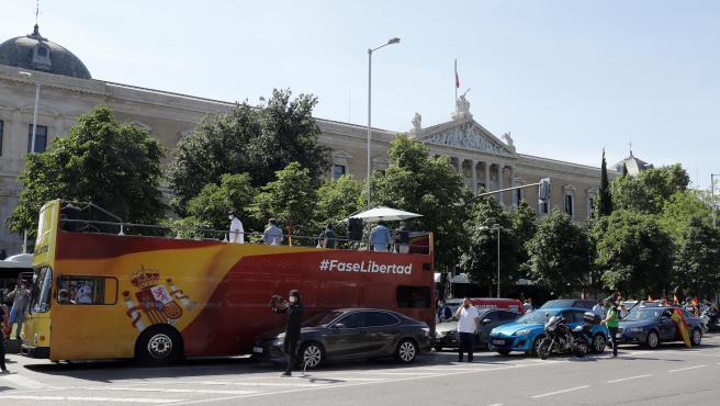 Vista general del autobús de Vox, con el lema #FaseLibertad.