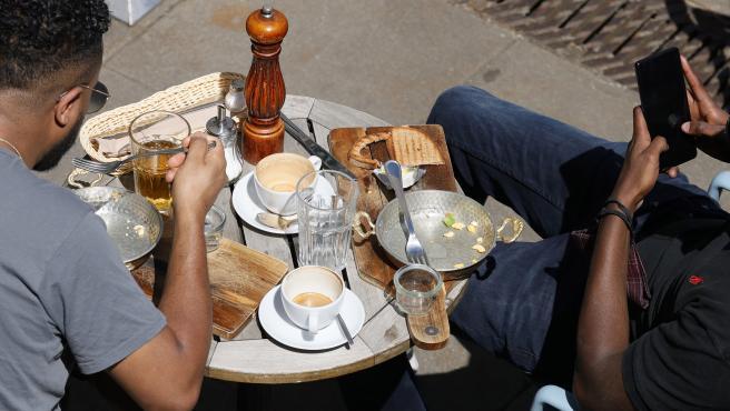 Dos personas en un restaurante en una imagen de archivo.