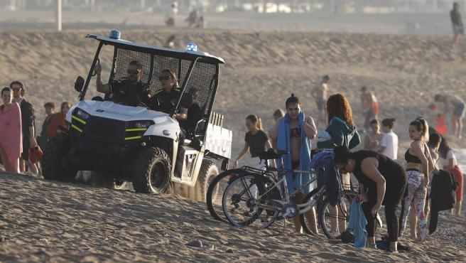 La Guardia Urbana desalojando las playas.