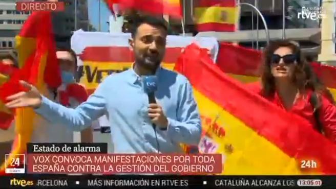 Manifestantes impidiendo realizar la conexión en directo al reportero de TVE.