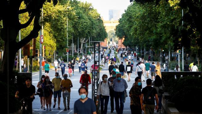 Varias personas circulan por el Passeig de Sant Joan, en Barcelona, que los fines de semana pasa a ser peatonal.