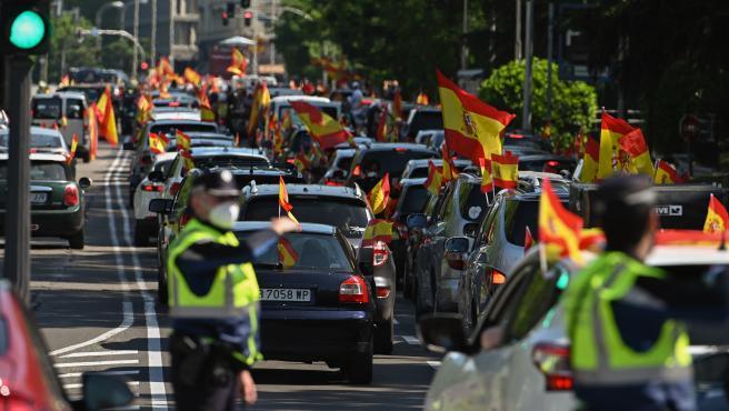 Vista de la manifestación en coche en la plaza de Cibeles en Madrid, que Vox ha promovido contra la gestión del Gobierno.