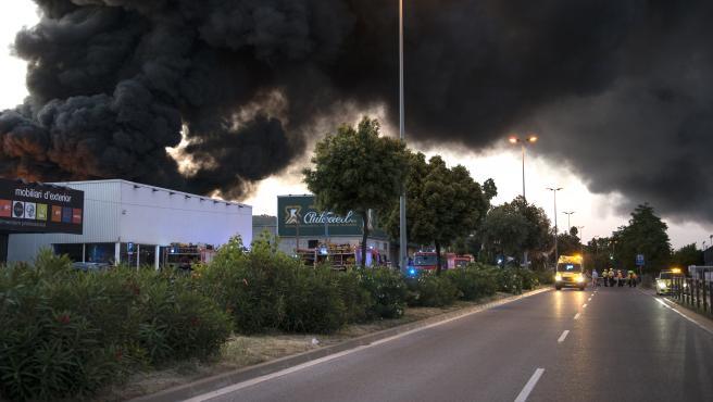 Servicios de emergencia intervienen en el Incendio en la empresa de recogida y recuperación de residuos Auladell, en la avenida França de Sarriá de Ter (Girona, Cataluña, España) el 22 de mayo de 2020.