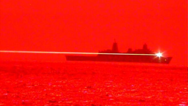 El USS Portland dispara el arma láser.