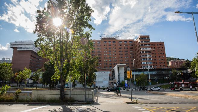 Fachada del Hospital Vall d'Hebrón mientras la ciudad continúa en la fase cero de la desescalada en la novena semana del estado de alarma decretado por el Gobierno por la pandemia del Covid-19, en Barcelona/Cataluña (España) a 12 de mayo de 2020.