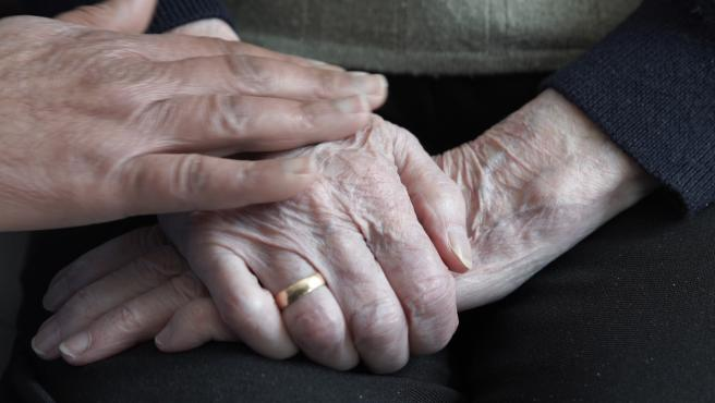 Manos de personas mayores